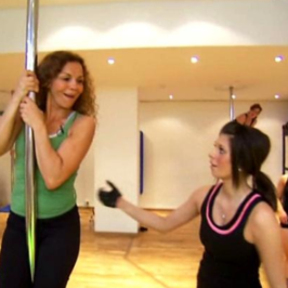 Kari Jaquesson tester sexy pole dance: – Noen ganger vil vi være sexdronninger!